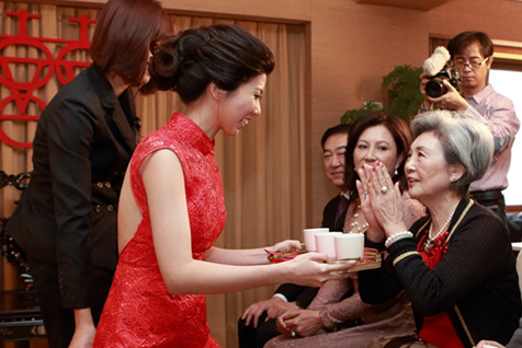 Tea-serving Ceremony and Giving Red Envelopes